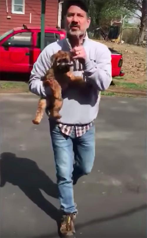 La donna riceve 2 cuccioli